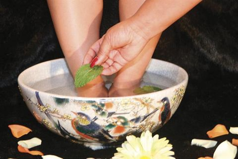 DIY Peppermint Foot Soak | Listerine Foot Soak